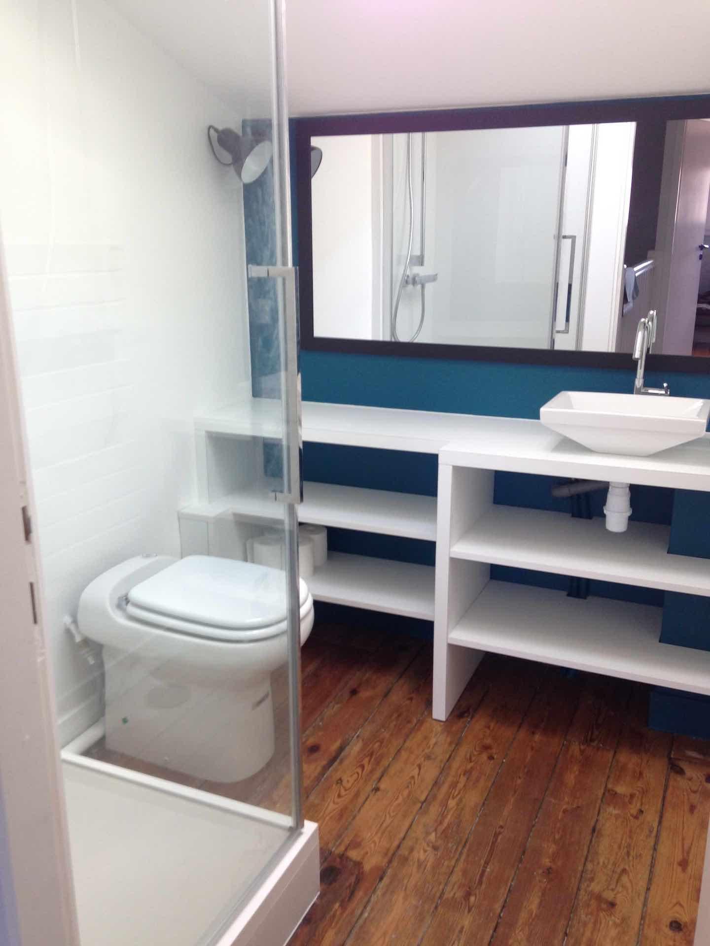 alix saupique salle de bain bleue alix saupique. Black Bedroom Furniture Sets. Home Design Ideas